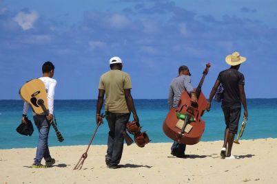 Andrés-Caicedo-las-olas-y-un-swing-tropical_-Casi-literal.jpg