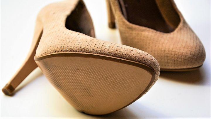 Los-zapatos-de-Claudia-Dobles_-Casi-literal.jpg